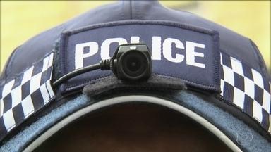 Polícia de Londres vai usar câmeras em capacetes ou bonés - Reclamações contra policiais caíram 93% após instalação das câmeras. Em 2011, morte de suspeito por policiais gerou protestos violentos.