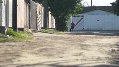 Moradores do Conjunto Mariz reclamam de obra de calçamento mal feita - Os paralelepípedos e o meio-fio estão se soltando.