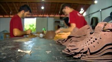Produção artesanal e industrial de calçados na Paraíba - Algumas empresas são familiares e valorizam o trabalho manual.