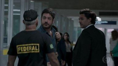 Zeca é levado por um policial - Erica fica aflita