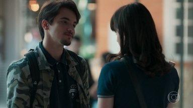 Felipe reclama do namoro com Lica - Lica recusa convite para sair e deixa o namorado chateado. MB percebe e conversa com o amigo