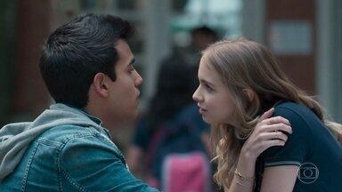 Clara usa Guto para provocar Felipe - Guto fica confuso com a atitude de Clara, que lhe dá um beijo no rosto