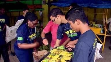 Voluntária africana arrecada doação de alimentos no Ceasa - Todas as sextas, a missionária Prisca percorre o local.