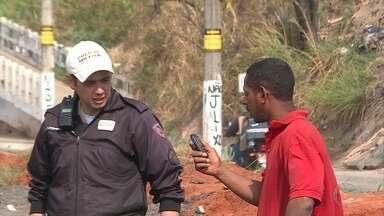 Motorista é preso em Belo Horizonte suspeito de dirigir embriagado - Ele transportava eucaliptos em um caminhão.