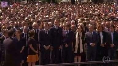 Um dia após o atentado, espanhóis se mobilizam em solidariedade às vítimas e parentes - Milhares de pessoas participaram de uma cerimônia na Praça da Catalunha.