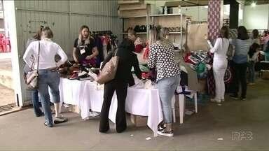 Hora de enconomizar na feira ponta de estoque em Umuarama - Lojistas de Umuarama estão participando da feira ponta de estoque, tem muita gente aproveitado os descontos.