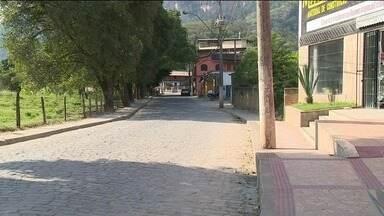 Estudantes do interior de Cachoeiro estão sem ônibus para ir a faculdade, no Sul do ES - Coletivos deixaram de fazer esse serviço no início do ano.