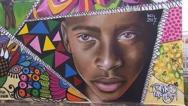 Grupo de bordadeiras inspira grafiteiros - O resultado é que as ruas de um bairro ficaram mais coloridas.