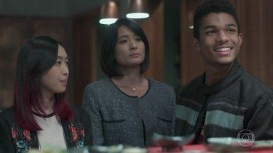 Anderson faz questão de pagar a conta do jantar - Tina comemora o sucesso do evento no restaurante de Noboru. Mitsuko reclama do namoro da filha e promete acabar com o relacionamento dela
