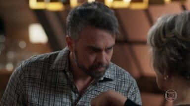 Adriano decide romper com Sabine - O médico culpa a empresária pelo fim do relacionamento