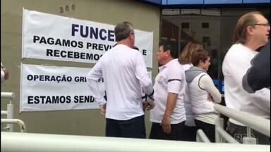 Funcionários da Caixa protestam contra supostas irregularidades em fundo de previdência - A manifestação reuniu cerca de 70 pessoas em Ponta Grossa.