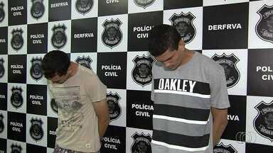 Presa dupla suspeita de fazer parte de quadrilha de roubos de carros, em Goiânia - Segundo Polícia Civil, detidos moravam na mesma região em que cometiam os crimes.
