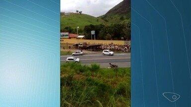 Caminhão carregado de leite bate e carga é saqueada na BR-101, na Serra - Acidente aconteceu no início da manhã deste sábado (19). Vídeo mostra dezenas de populares saqueando a carga.