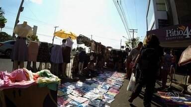 Comerciantes reclamam de falta de fiscalização na Rua 44, em Goiânia - Eles dizem que ambulantes tomaram conta da região.