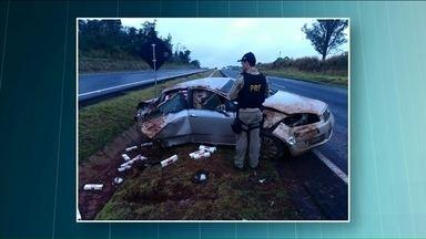 Polícia apreende cigarros em carro roubado após acidente em Nova Esperança - Carga ficou espalhada pelo canteiro central. Motorista fugiu antes da chegada da polícia.