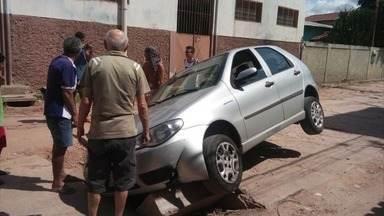 Tampas de bueiro quebradas em Vila Velha viram armadilhas para moradores - Pedestres e motoristas correm risco de passar pelo local.