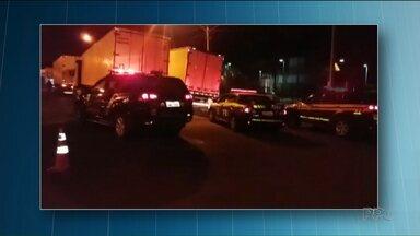 Polícia apreende cigarros contrabandeados em três carretas e um caminhão, na BR-153 - A apreensão foi feita pelas polícias Federal e Rodoviária Federal durante uma fiscalização em postos de gasolina, empresas e estacionamentos.