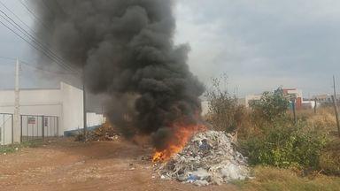 Populares ateiam fogo em entulho no distrito industrial em São Carlos, SP - Cheiro ficou insuportável e medidas como essa pioram a qualidade do ar.