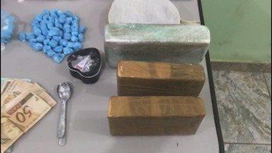 Polícia detém 2 homens por tráfico de drogas em Ribeirão Preto - Foram encontrados três tijolos de pasta de cocaína, uma sacola com a droga pronta e porções destinadas à venda.