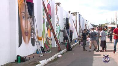 Muro de cemitério em Esteio recebe revitalização com arte de rua - Artistas de vários lugares do Brasil estão participando da ação.