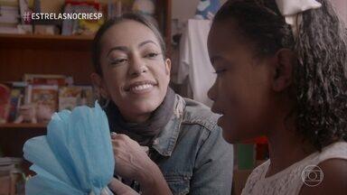 Samantha Schmutz ajuda no trabalho do Lar Irmã Sheilla - Instituição acolhe crianças e idosos que não têm onde morar