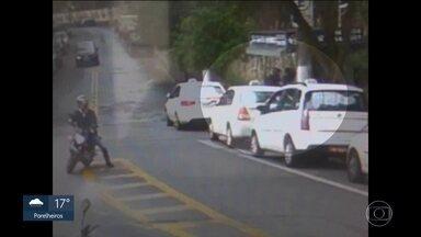 Câmeras de segurança registram assalto a grupo de taxistas - Câmeras de segurança registram assalto a grupo de taxistas no Jardim Colombo, Zona Sul da capital.