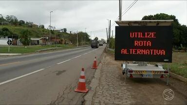 Ponte na BR-393, em Três Rios, seguirá interditada no domingo - Local foi fechado para a instalação de uma viga. Motoristas devem seguir por rota alternativa.