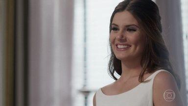 Luíza e Eric se preparam para o casamento - Bebeth se emociona ao ajudar seu pai a se arrumar. Eric se lembra de quando foi acusado de matar sua ex-mulher por Pedrinho
