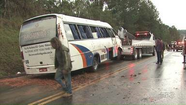 Ônibus com jogadores tomba em Imbituva - O ônibus transportava o time sub-23 do Iraty Sport Club e tombou na rodovia BR-153.