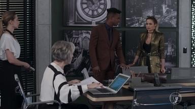 Sabine recebe Sandra Helena em seu escritório - A ex-camareira é apresentada como possível investidora. Ela escutando Sabine zombando sua forma de se vestir ao retornar ao escritório para pegar sua bolsa