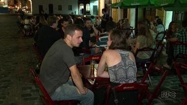 Continua a polêmica se mulheres devem pagar menos que os homens em bares e casa noturnas - Confira a reportagem.