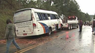 Ônibus com o time sub-23 do Iraty tomba na BR-153 e deixa feridos - Acidente foi por volta das três horas da tarde.