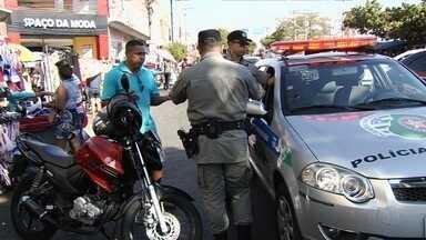 SMT e PM realizam fiscalização contra irregularidades na Rua 44 em Goiânia - Órgãos apuram denúncias de irregularidades no trânsito e comércio irregular no local.