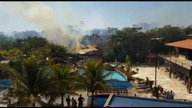 Incêndio em vegetação atinge cabana de resort em Caldas Novas; vídeo - Funcionários do local fizeram combate às chamas, que se espalharam rapidamente pela estrutura. Segundo Corpo de Bombeiros, ninguém se feriu.