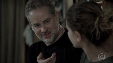 Eugênio tenta falar com Ivana - Advogado explica para Joyce que a filha está tentando reafirmar sua identidade