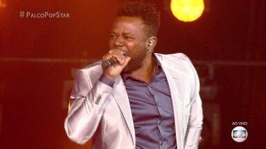 Érico Brás canta sucesso 'Pro Dia Nascer Feliz' - Ator se diverte no palco do 'PopStar' e empolga o público
