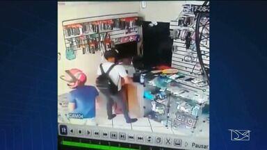 Dupla de assaltantes invade loja e leva aparelhos celulares em João Lisboa - Muitos criminosos estão utilizando capacetes durante as ações criminosas.