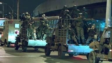 Policias e Forças Armadas fazem operação em comunidades no Rio de Janeiro - A operação é para prender traficantes. Há homens da Polícia Civil e das tropas federais nas favelas de Manguinhos, Bandeira 2, Jacarezinho, Arara, Mandela e Morar Carioca.