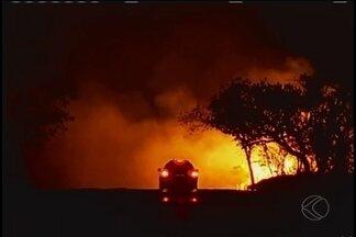 Incêndio é controlado em canaviais entre Uberaba e Conceição das Alagoas - Trânsito na MG-427 foi liberado, mas durante o incêndio dois acidentes foram registrados. Militares vão voltar ao local para avaliar situação.