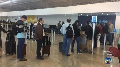 Tempo nublado provoca atrasos em voos no aeroporto de Rio Preto - Dois voos no aeroporto São José do Rio Preto (SP) foram atrasados na manhã desta segunda-feira (21), devido ao tempo nublado no município. Os passageiros chegaram antes das 5h no aeroporto e iriam embarcar em dois voos com destino a Campinas e São Paulo, que foram atrasados pela falta de visibilidade.