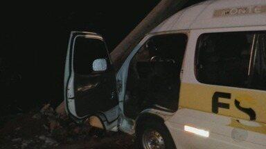 Guarda civil fica ferido após perua Kombi bater contra poste em Monte Alto, SP - Dupla fazia patrulhamento no veículo da Prefeitura porque viatura havia quebrado horas antes do acidente.