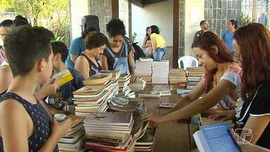 Amantes da leitura promovem troca, venda e doação de livros em Santarém - Evento ocorreu neste fim de semana no município e reuniu centenas de exemplares.