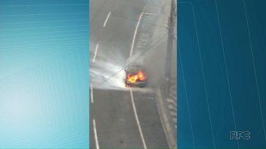 Carro pega fogo no centro de Ponta Grossa - Incidente foi registrado na Avenida Vicente Machado; ninguém ferido