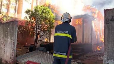 Incêndio destrói casa na Vila Operária, em Maringá - Ninguém ficou ferido no incêndio