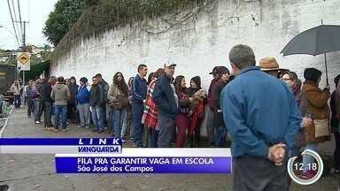 Pais e alunos formam filas por matrículas em escola estadual em São José - Estado não recomenda fila, mas matrículas são por ordem de chegada.