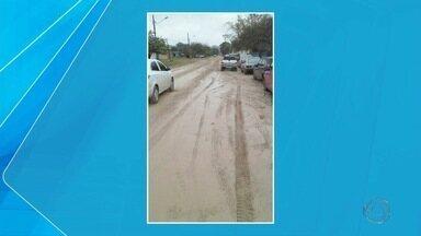 Trecho de rua sem asfalto, em Corumbá, é alvo de reclamação de moradores - São 350 metros da rua José Frageli, sem asfalto. Na estiagem, o problema é a poeira. Quando chove, vem o barro.