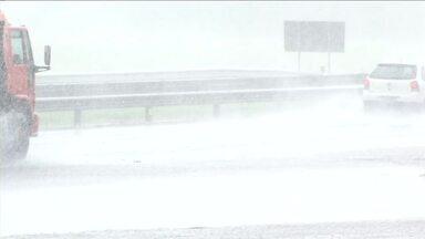 Risco de acidentes aumenta em 40% com a pista molhada, diz PRF - Principal explicação está no atrito entre o pneu do carro e o asfalto, que diminui bastante na chuva.
