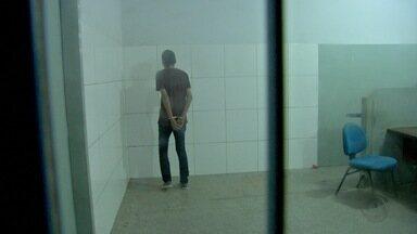 Homem tenta matar companheira, mas erra tiro - Homem tenta matar companheira, mas erra tiro.