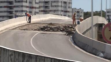 Com um dos viadutos do complexo do Imbuí interditado, tráfego fica complicado na região - Local está bloqueado desde a madrugada do domingo (20) por causa de um buraco.