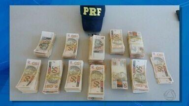 PRF apreende mais R$ 100 mil em notas falsas em Ponta Porã, MS - Dinheiro falso estava com um jovem de 18 anos, passageiro de ônibus. De acordo com o relato do suspeito, ele foi contratado para levar a quantia para Minas Gerais.